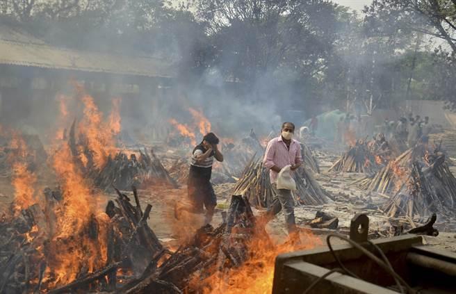 印度疫情嚴峻,火葬場工人說,「從1987年就在這裡工作,從來沒有見過這麼多屍體」(圖/美聯社)
