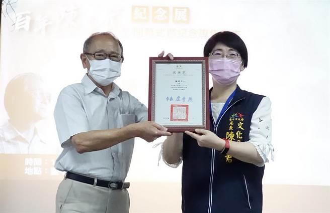 台中市文化局長陳佳君(右)對作家陳千武家屬捐贈眾多珍貴文物表示感謝。(台中市文化局提供/陳淑芬台中傳真)