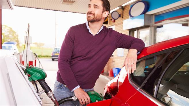 一名男子在加油站加油時,身旁突然出現3名蒙面男搶劫,他當下立即拿起油槍奮力反擊,吸引網友熱議。圖片為示意圖非本人。(圖/shutterstock)