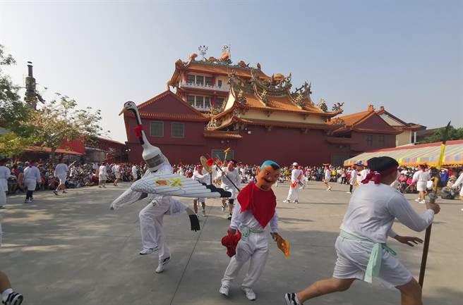 台南西港香武林大會5月9日將熱鬧登場,七股寶安宮白鶴陣也受邀參加,24日至慶安宮開館,吸引上千人圍觀。(劉秀芬攝)