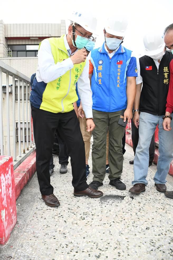 彰化市長林世賢(左)親自前往現勘了解橋梁現狀,要求把關包商工程品質。(謝瓊雲攝)