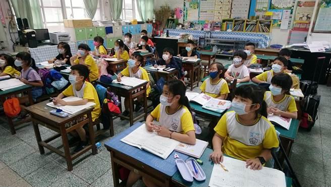案1129造訪雲林縣北港鎮,南陽國小等市區4校師生全面戴口罩上課。(南陽國小提供/張朝欣雲林傳真)