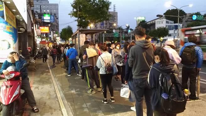 捷運永寧站公車站容納32條公車路線,等車人潮眾多。(江怡臻提供)
