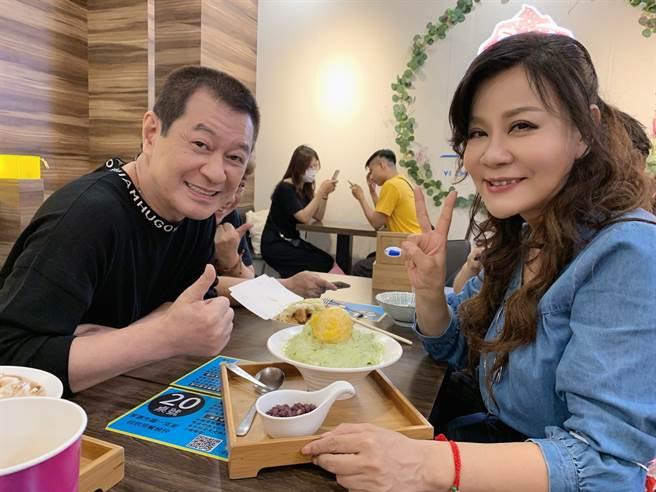 歌手蔡小虎與龍千玉兩人(2日)相約西門吃冰消暑。 (照片/穩盈娛樂 提供)