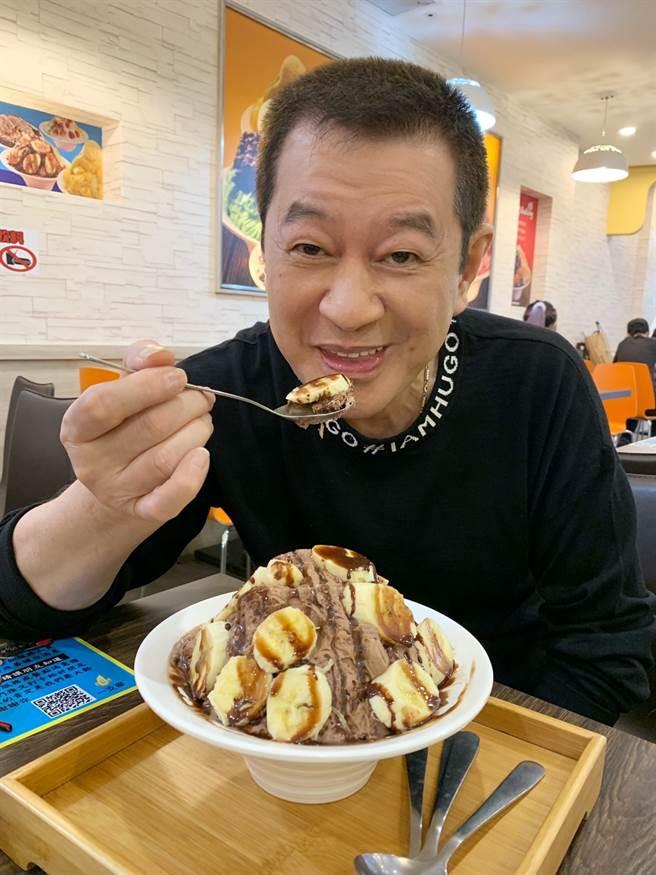 蔡小虎昨(2日)特地到好友冰店吃香蕉巧克力冰,幾乎不碰冰品的他直呼「好過癮」。 (照片/穩盈娛樂 提供)