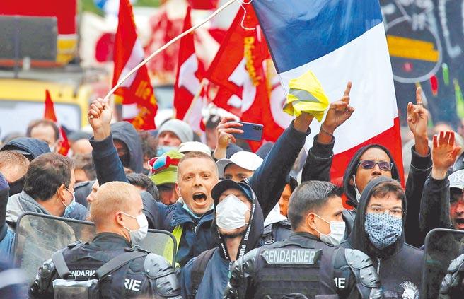 在這個屬於勞工的日子,法國各工會在各地舉辦約3百場五一活動,全國超過10萬人走上街頭。(路透)