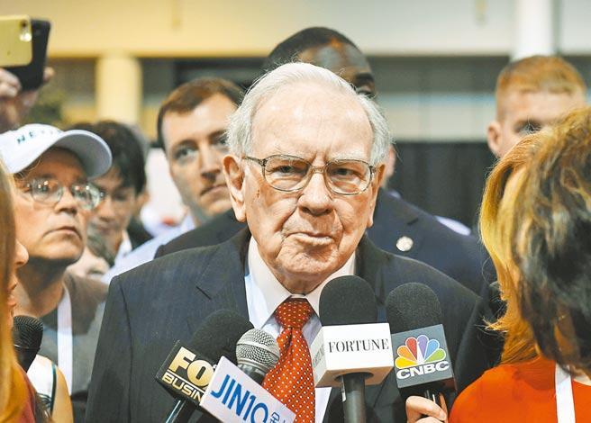 股神巴菲特日前出席旗下柏克夏海瑟威公司2021年度股東大會,他表明對中國經濟發展前景,抱有樂觀態度。圖為他2016年出席股東大會受訪畫面。(新華社)