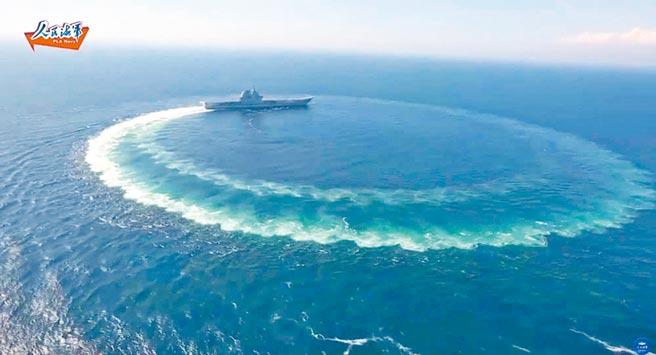 在美國軍艦頻頻至南海航行之際,大陸2日宣布,大陸首艘自製國產航母山東艦至南海進行演訓,圖為舷號17的山東艦。(摘自網路)