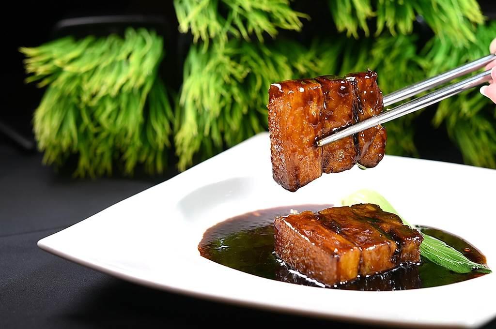 用厚切五花取代排骨烹製的〈鎮江黑醋豚〉,更方便吃食,在〈鳳凰軒〉可無限續點、吃到飽。(圖/姚舜)