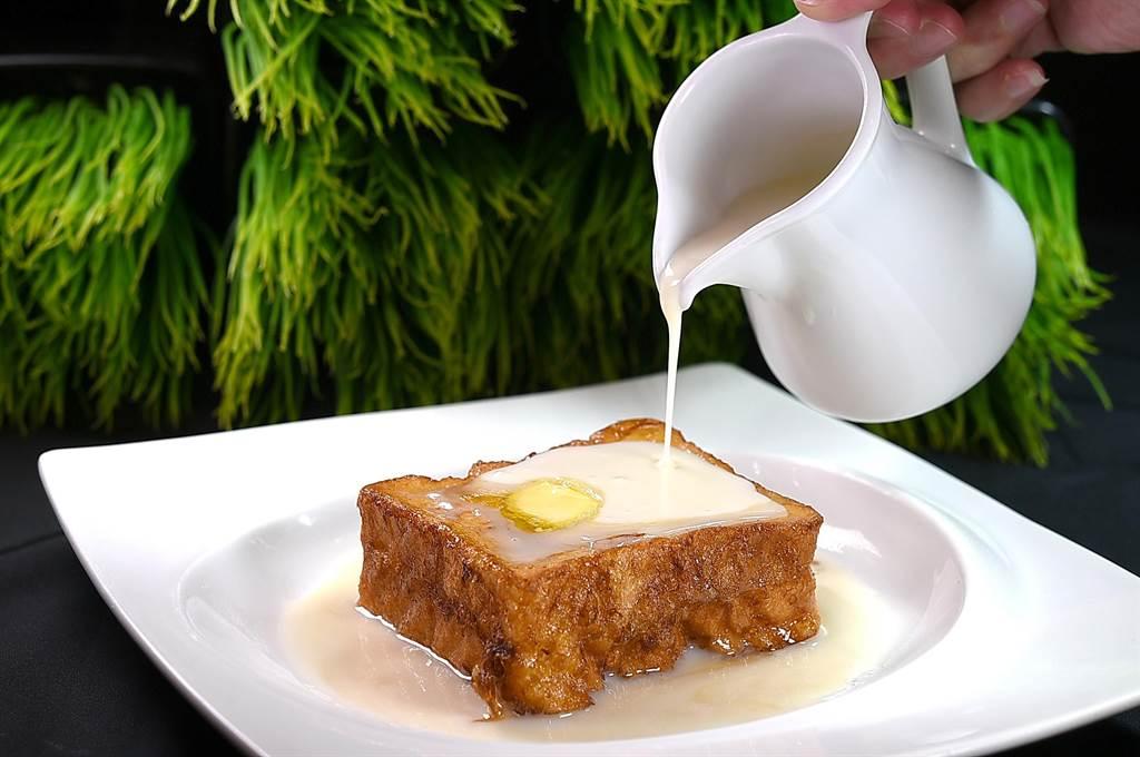 〈花生西多士〉是香港茶餐廳的常民美食,〈鳳凰軒〉是用湯種士司搭配顆粒花生醬,醬汁是用椰漿、煉乳和楓糖調製。(圖/姚舜)