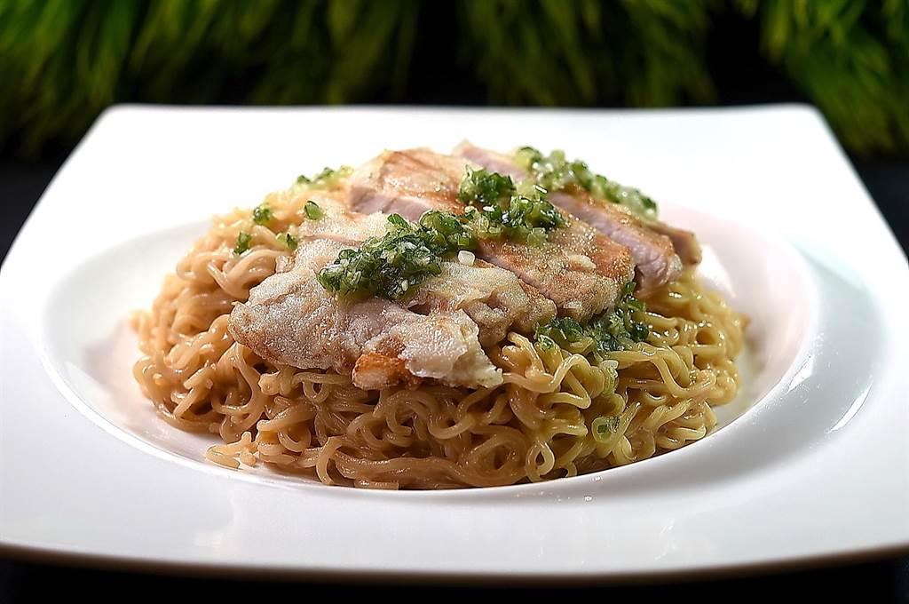 〈豬扒撈丁〉是用蔥油豬扒搭配「出前一丁」泡麵,此香港茶餐廳經典吃食在〈鳳凰軒〉亦可吃到飽。(圖/姚舜)