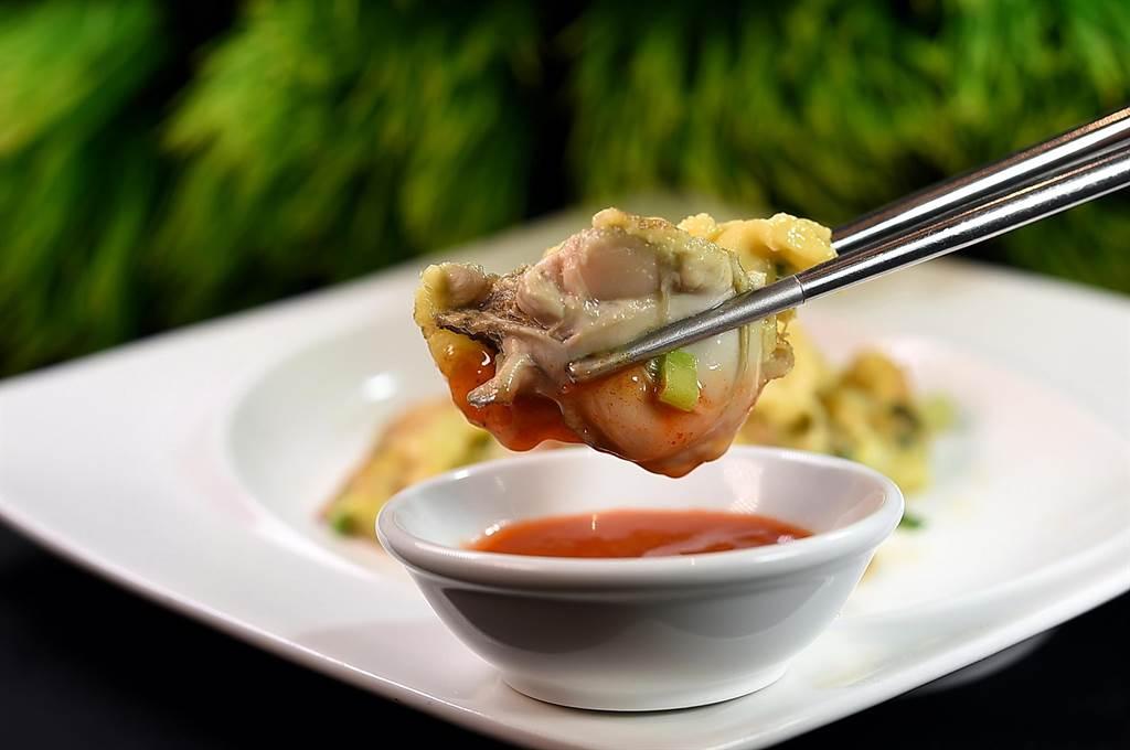 〈鳳凰軒〉的〈蠔餅〉,就是潮洲風味美食〈烙蠔〉,所用韓國蠔個頭不小。(圖/姚舜)