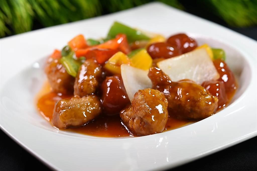 〈鳳凰軒〉的〈咕咾肉〉的酸甜醬汁很開胃,並搭配彩椒、洋蔥和鳳梨一起炒製。(圖/姚舜 )