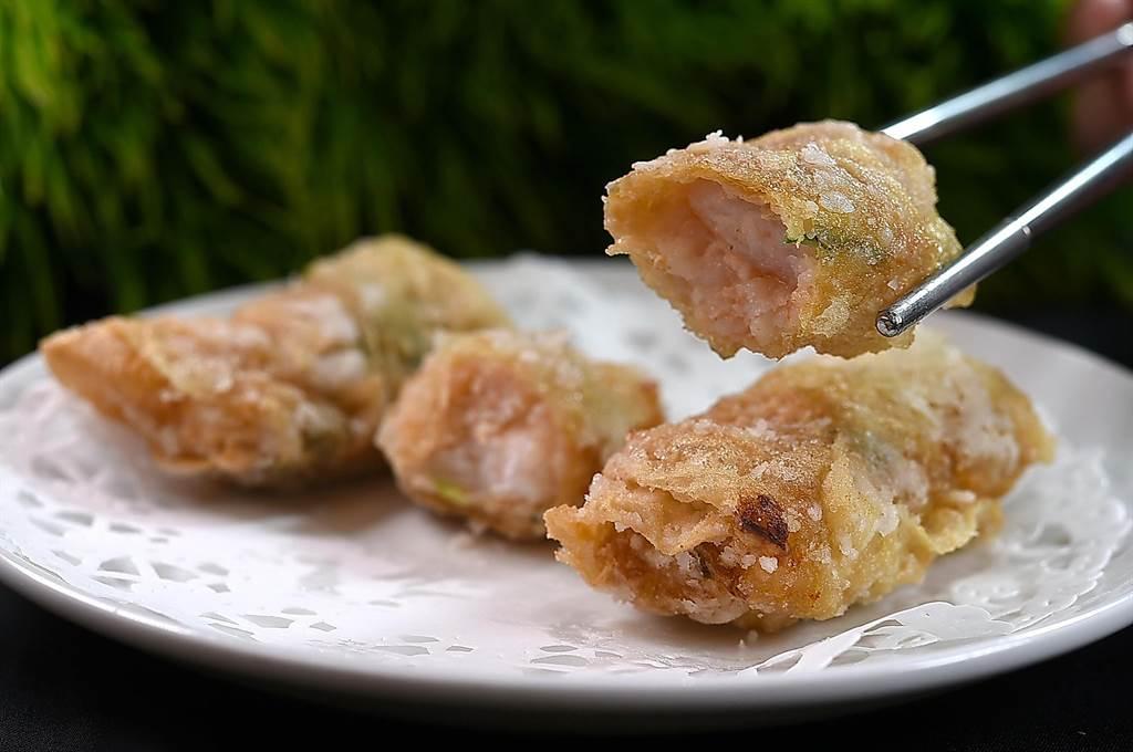〈鳳凰軒〉的〈鮮蝦腐皮捲〉內除蝦漿外,還有蝦肉、馬蹄和香菜,增加口感與香氣。(圖/姚舜)