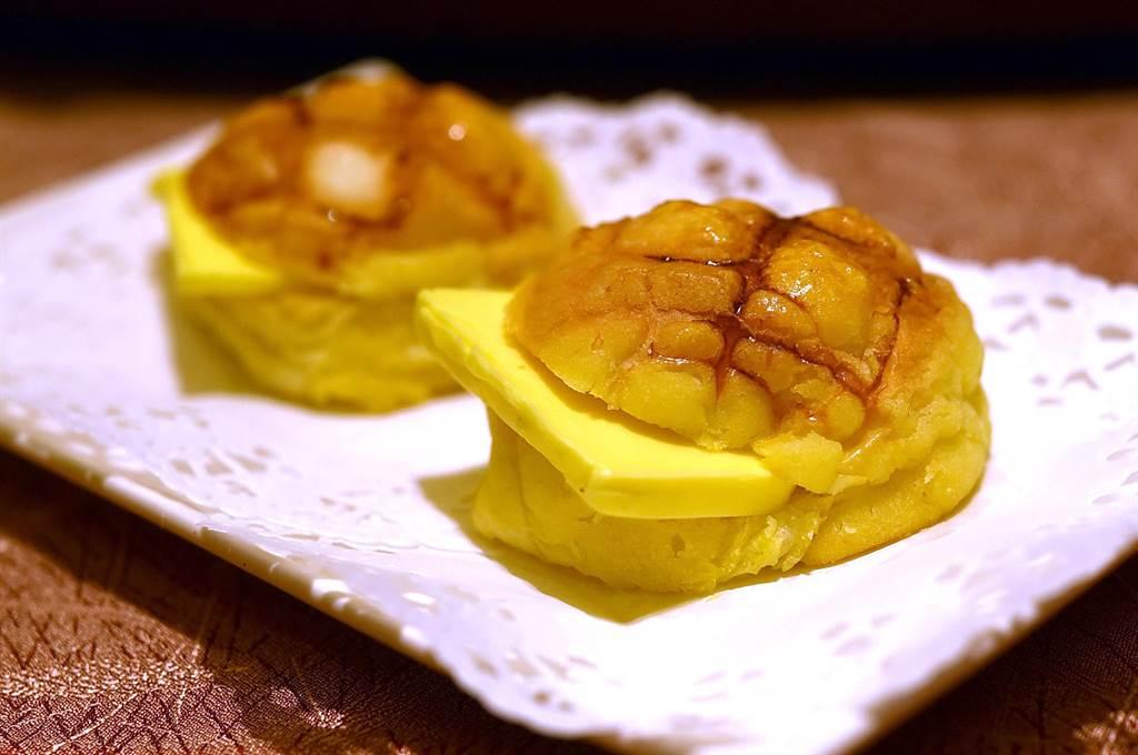 港式茶餐廳必點的〈冰火菠蘿油〉,在〈鳳凰軒〉也可以無限續點、吃到飽。(圖/姚舜)