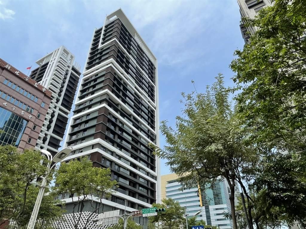 板橋豪宅「馥華雲鼎」14樓戶出現交易,屋主轉手獲利達1400萬。(台灣房屋提供)