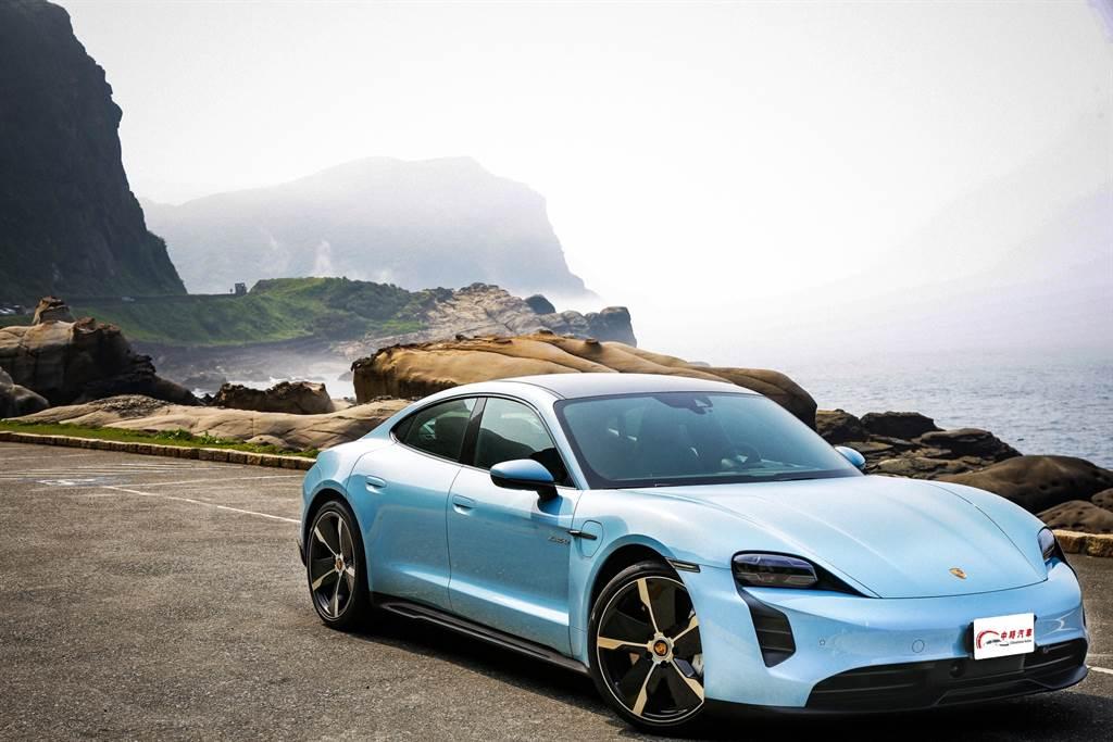這回試駕的Taycan 4S是Porsche品牌推出的首款純電車,不過就車款定位而言,Porsche將其定位為繼Panamera後的第二款四門轎跑。(圖/陳彥文攝,以下同。)