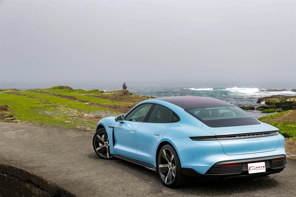 這輛一身勁裝的Taycan 4S好料滿滿,名為Frozenblue Metallic的車色就要價近7萬元,全車選配總價更直逼一輛718 Cayman的標配售價!