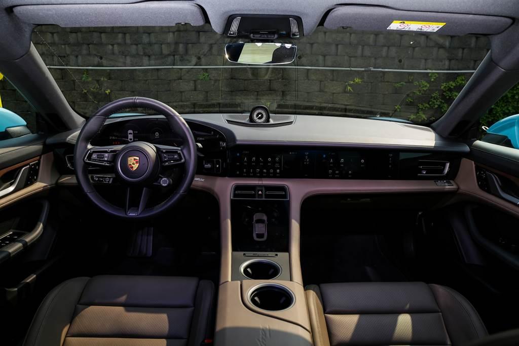 車艙內使用大量螢幕與觸控式按鈕,不過保留了許多具Porsche味的設計,如位在駕駛左側的電門啟動鈕,駕駛儀表也採用三環表方式顯示。