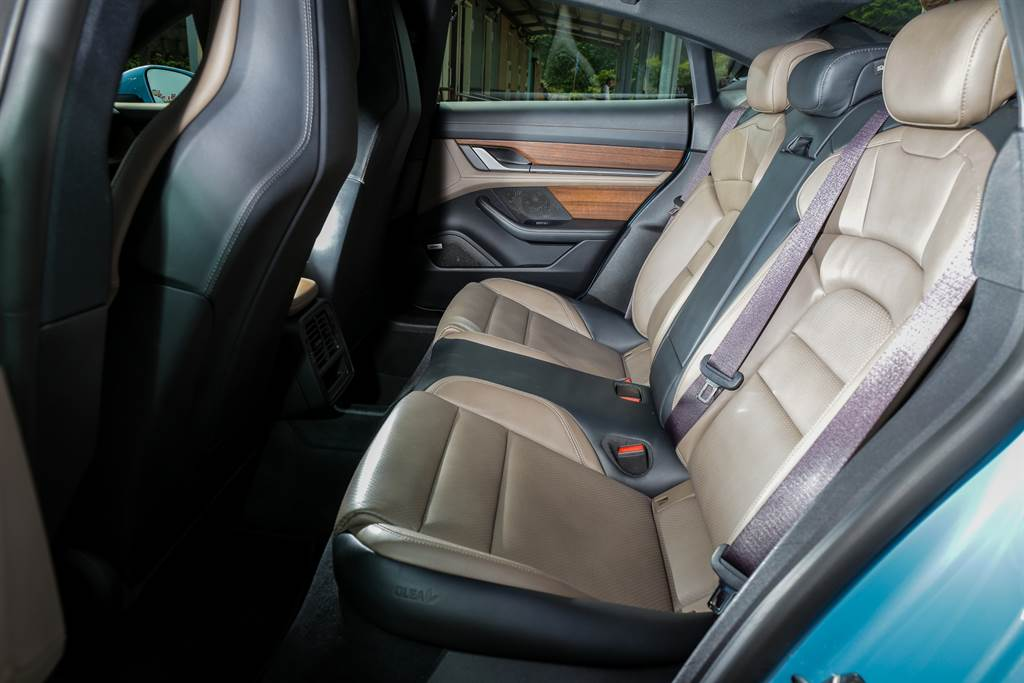 後座標配為2張獨立座椅,本車為2+1配置(選配價3萬元),不過除了中央地台隆起相當高之外,中央座位的舒適度也不佳。
