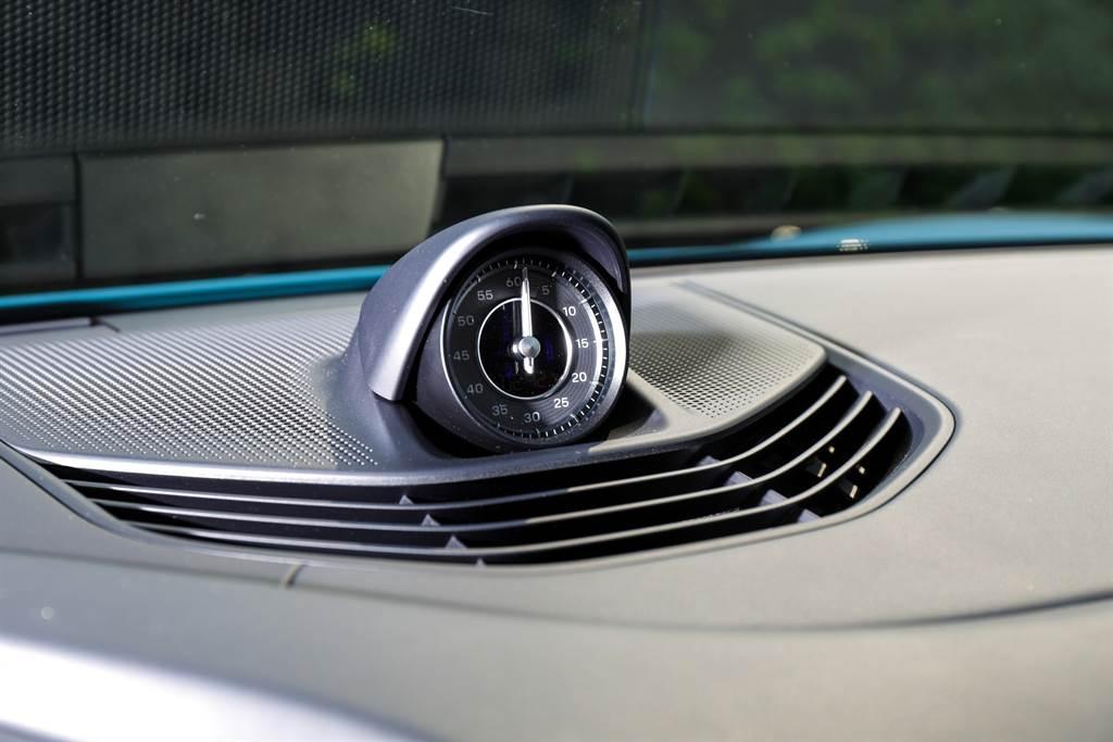7.1萬元的跑車計時套件從表面上來看只是一個小小的時鐘,但選配後才提供最為激進的Sport Plus模式。