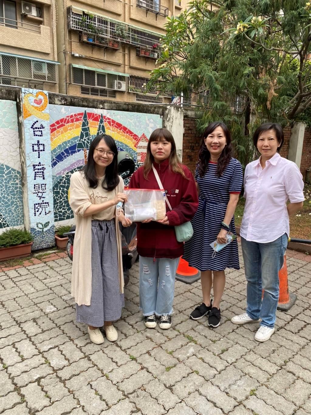 台中育嬰院社工林汶真督導(左1)代表接受嶺東科大企管系師生愛心公益捐款。(圖/嶺東科大提供)