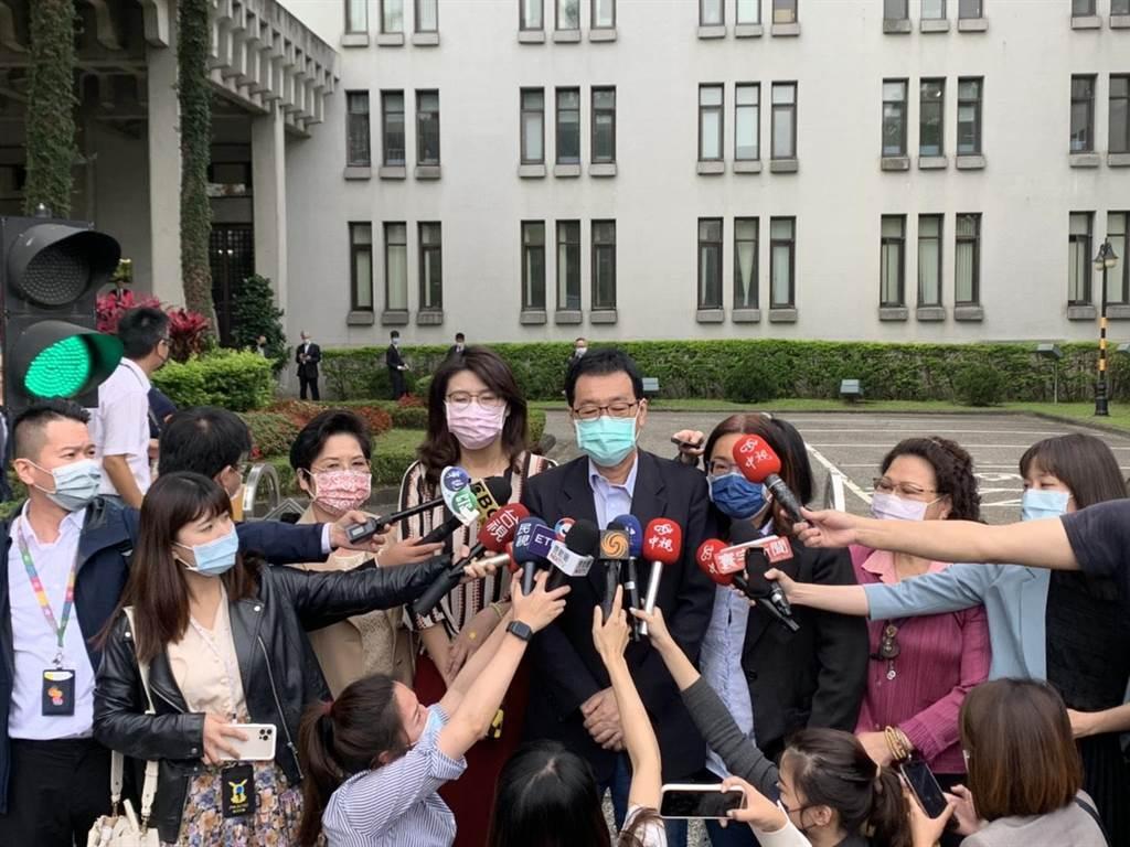 立法院國民黨團今天上午前往外交部,再次要求駐日代表謝長廷就日本福島核事故廢水排放入海一事回台說明。(楊孟立)
