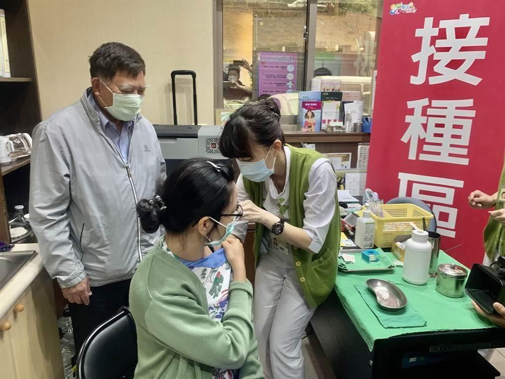圖為醫護人員施打疫苗情形。(圖/本報資料照片)