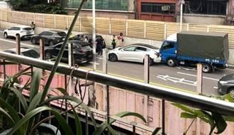 基隆東岸高架6車連環撞 特斯拉車尾凹毀女駕駛送醫