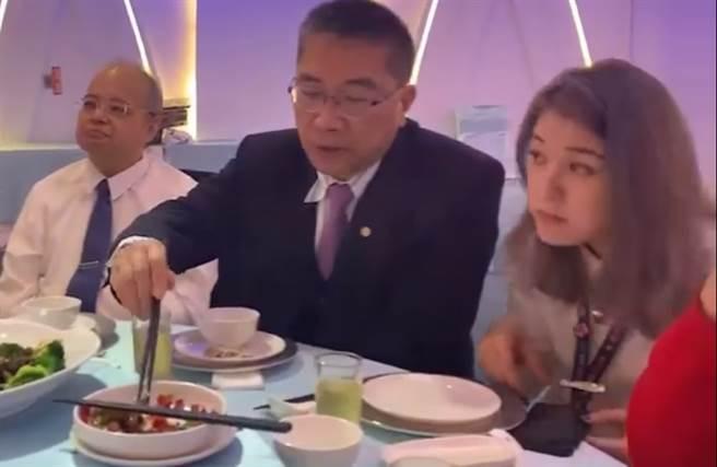 徐國勇、趙映光28秒同桌影片曝光。(圖/取自「國民黨立法院黨團」臉書)