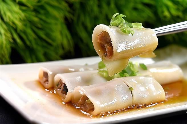 〈凤凰轩〉的〈叉烧肠粉〉是以宽板粿仔条取代传统肠粉皮,所以口感弹Q有韧性。(图/姚舜)