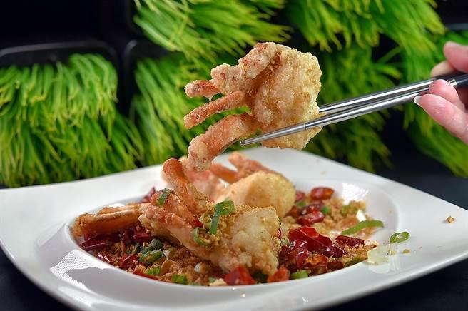 礁溪长荣凤凰酒店〈凤凰轩〉可无限续点吃到饱的菜式很多,图为用马蹄蟹入馔的〈避风塘炒蟹〉。(图/姚舜)