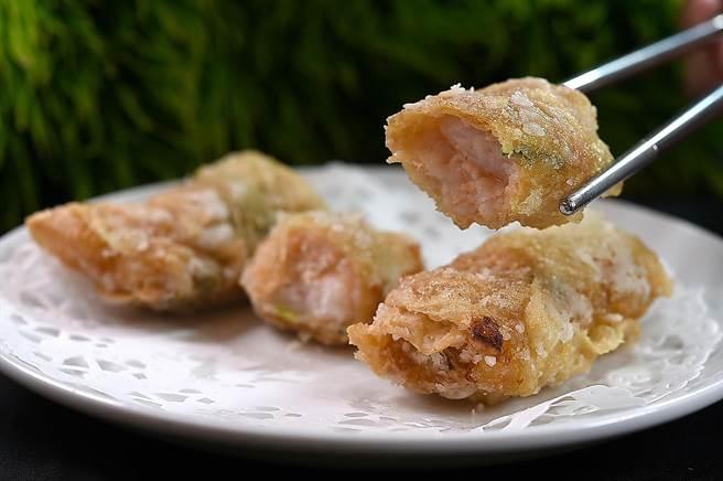 〈凤凰轩〉的〈鲜虾腐皮卷〉内除虾浆外,还有虾肉、马蹄和香菜,增加口感与香气。(图/姚舜)