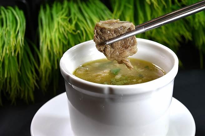 〈凤凰轩〉粤菜、港点吃到饱菜单上也有羹汤类,图为可吃到整块牛腩的〈牛腩清汤〉。(图/姚舜)