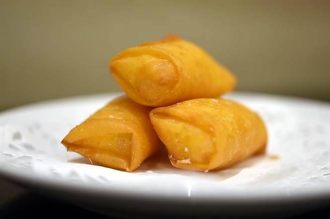 〈凤凰轩〉吃到饱的港式点心咸甜兼备,图为〈马蹄条〉。(图/姚舜)