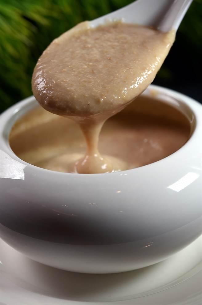 〈腰果露〉是将烤过的腰果打成浆,再加水加糖熬制,在〈凤凰轩〉也可以无限续点吃到饱。(图/姚舜)
