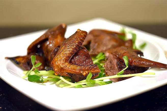礁溪长荣凤凰酒店的房客到〈凤凰轩〉用餐,可以限点一次〈脆皮乳鸽〉。(图/姚舜)