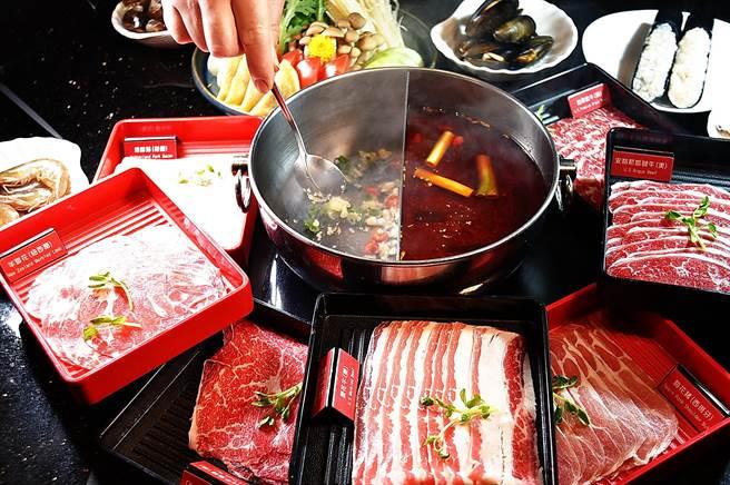 礁溪长荣凤凰酒店的〈烟波亭〉,提供正宗川渝麻辣锅并同样可吃到饱。(图/姚舜)