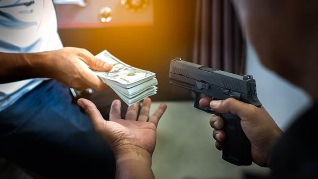 1981年合庫運鈔車搶案,由於歹徒持槍與開山刀行搶,輕易搶走了車上的680萬現金。(示意圖/shutterstock)