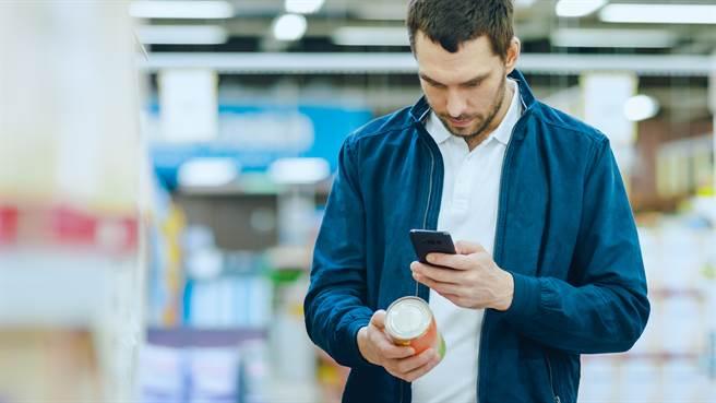 大陸一名男子日前在超市買到發霉鴨爪,氣得他找廠商理論。圖片為示意圖非本人。(圖/shutterstock)