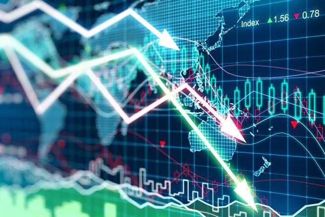 台北股市今(4日)开高走低,盘中一度重挫574点,失守万七大关,终场下跌288点,收在16933.78点。(资料照)