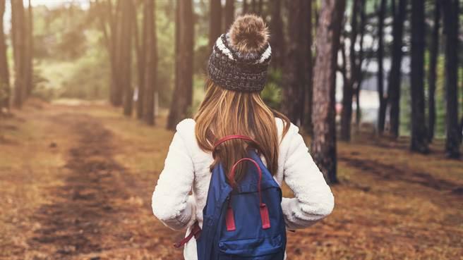一名澳洲女子在森林公園散步時,意外發現瀕臨絕種的昆蟲。圖片為示意圖非本人。(圖/shutterstock)