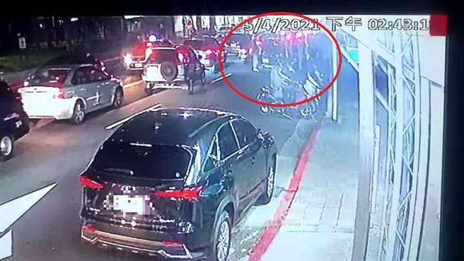 接應潑蟑5疑犯的黑色休旅車一度在北投遭到警方攔查 (胡欣男翻攝)