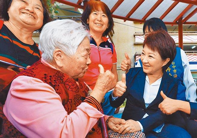 台中市長盧秀燕(右)恢復老人健保補助,減輕民眾負擔,備受肯定。(台中市社會局提供)