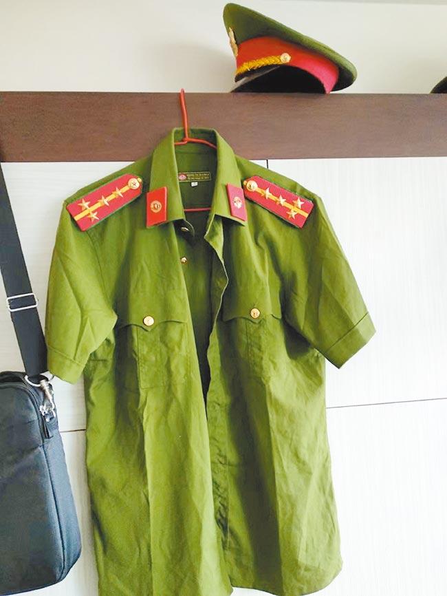 刑事局破獲首例在台越南逃逸移工,以「假檢警」方式詐騙在越南同鄉。特別的是,他們還添購越南假公安制服(見圖),透過視訊讓被害人信以為真。(翻攝畫面/胡欣男台北傳真)