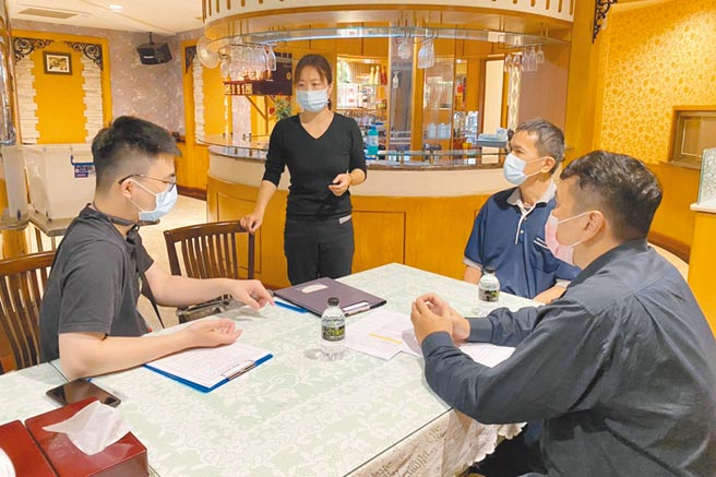 縣府人員3日到防疫旅館,逐一核對檢核事項是否確實,要求嚴格執行各項防疫措施。(新竹縣政府提供/羅浚濱新竹傳真)