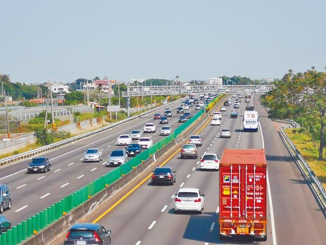 國道彰化到員林路段每逢假日一定紫爆,交通部預計將目前車道寬度縮減為3.5公尺,多畫一個車道。(吳建輝攝)