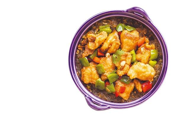 「茉香鮮魚冬粉煲」將新鮮茉莉花與Q彈的冬粉、酥炸鮮甜魚肉,大火拌炒,鎖住醬汁精華。(金田餐飲提供)