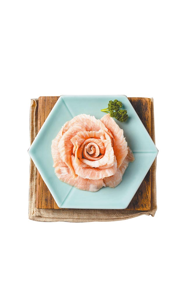 即日起至5月16日,民眾帶母親到姜滿堂吃韓式烤肉,用餐直接送上盤成玫瑰花形狀的「活菌松阪豬」。(豆府餐飲集團提供)