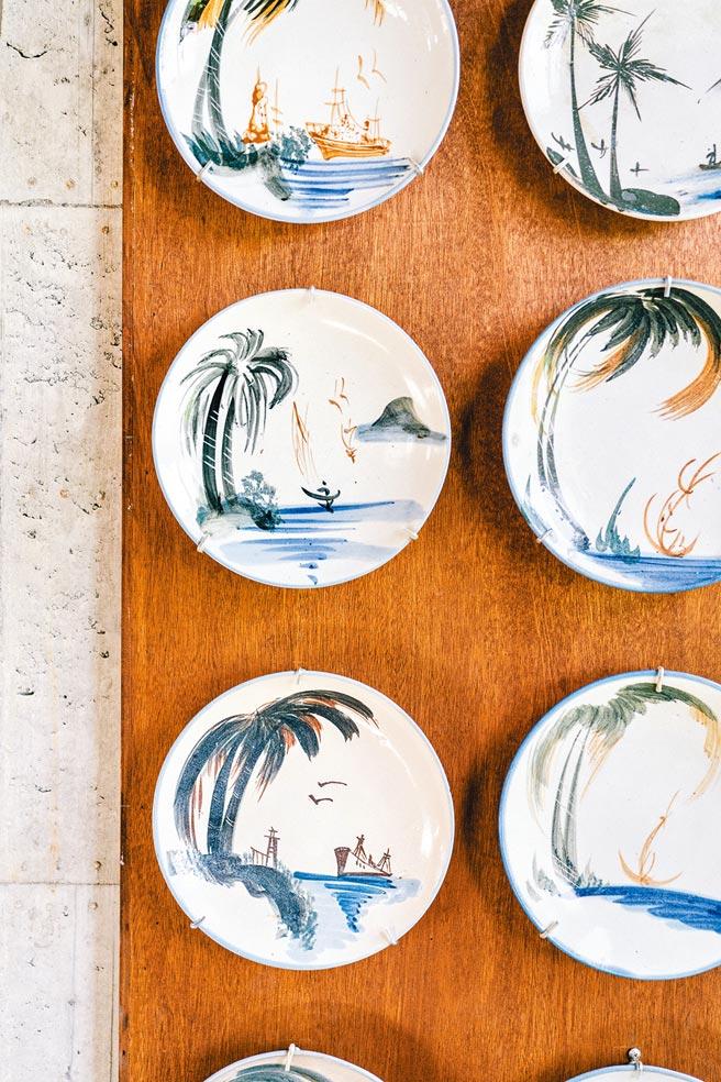 台灣特色與風格的手繪器皿,如椰子樹風情畫等,有無可比擬的高識別度。(有鹿文化提供)